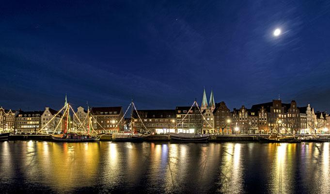 Weihnachtliche Skyline von Lübeck