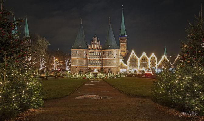 Lübecker Holstentor im weihnachtlichen Lichterglanz