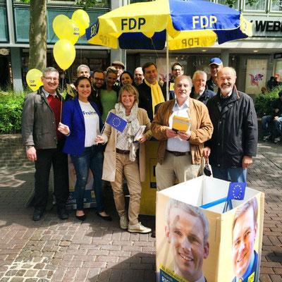 Aktiv im Kommunalwahlkampf am FDP-Stand