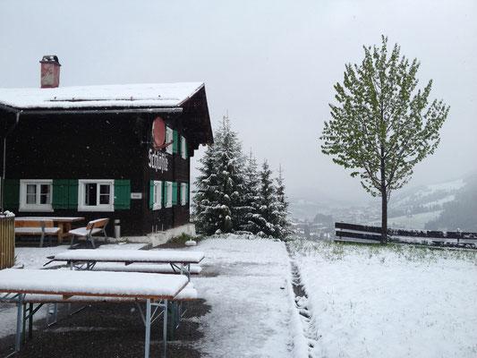 Hüttenwochenende im Schnee (im Mai)