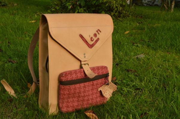Le sac d'école de Léon  Format A4 vertical, avec fermeture éclaire et rabat  Poche détachable en tissus (pour en faire une trousse par exemple)