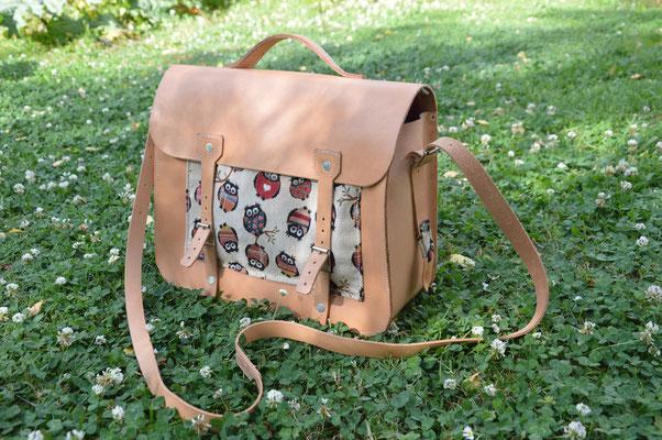 Le sac de cours de Célestine     120€  Tout en cuir naturel  Format de farde A4 couchée  Fermeture à rabat  Avec un fond doublé de cuir épais, et une poignée  Ne demande qu'à être utilisé et patiné.