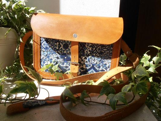 """Le sac à main de Justine, tout en cuir naturel  Avec une doublure en tissus sur la face avant  Compact et utile  Le cuir vieilli très bien, il """"bronze"""" et s'assouplit"""