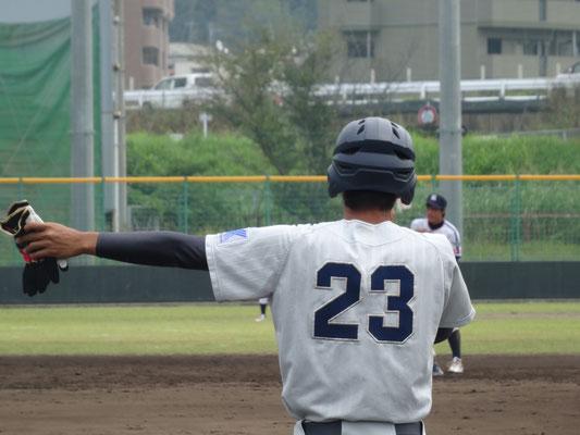 いつも大きな声で チームを盛り上げ、1塁コーチャーとして的確に指示を出す渡嘉敷匠選手(経4:豊見城高校)