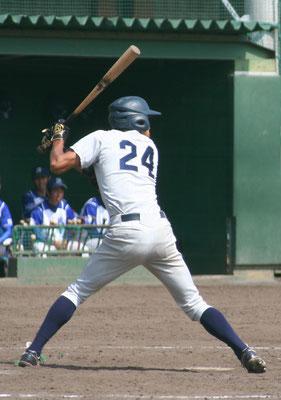 渾身の一打で 右ポール直撃の本塁打を放った 犬塚慶選手(経4:北九州市立高校)