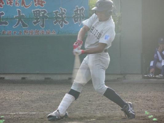 適時三塁打で得点に貢献した 1年生・井上恭輔選手(経1:大分高校)