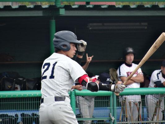 4打数2安打3打点を挙げ  共立打線を引っ張る 知念真司選手(経4:中部商業高校)
