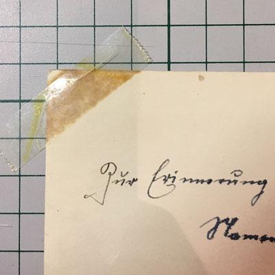 Säure im Klebeband lässt das Fotopapier vergilben