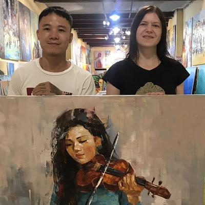 Künstler Nguyen Tho Hieu aus Hanoi mit einem seiner Ölgemälde und mit Susanne von Beuteltier Art Galerie