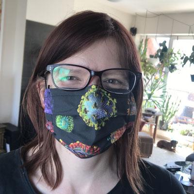 Galeristin mit Mund-Nasen-Schutz - nur noch so kann ich meine Gäste empfangen