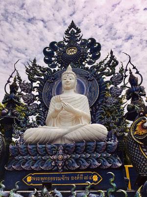 Buddah Statue im blauen Tempel in Chiang Rai