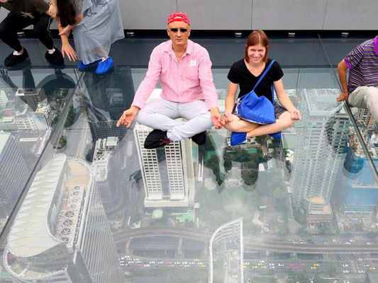 Auf der Glas-Plattform des Mahanakhon-Towers - Yamine und ich bleiben ruhig