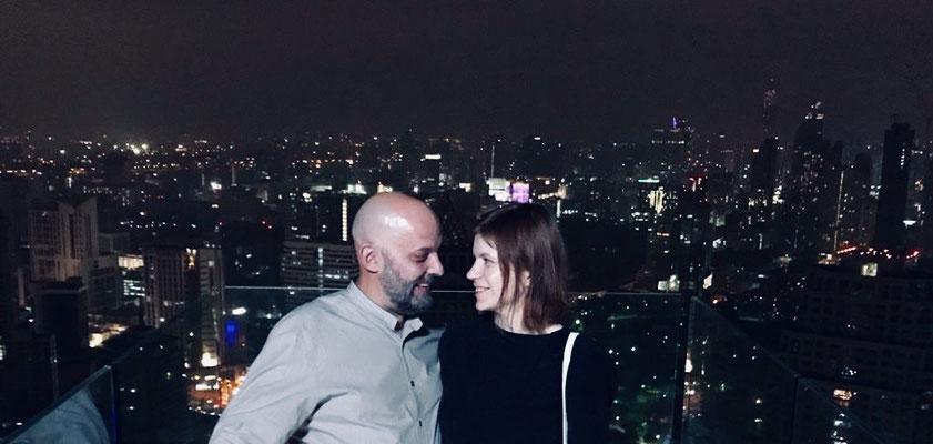 Mein Mann und ich nachts über den Dächern Bangkoks