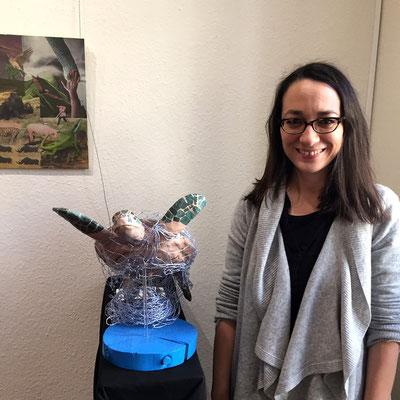 Mila Vázques Otero mit ihrer Skulptur einer Schildkröte