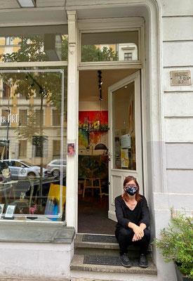 Galeristin mit Mund-Nasen-Schutz wartet auf Besucher - Frühsommer 2020