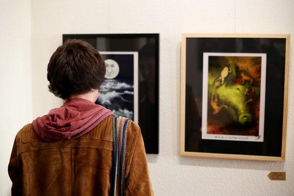 Besucher betrachtet Kunstdrucke von Luci van Org