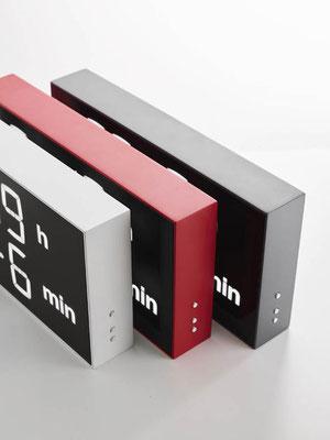 Die designer Wanduhr in den drei Farben weiss, rot und grau