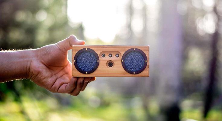 Bluetooth Speaker Bambums in der Hand