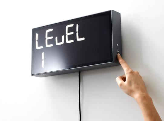 Die Zeit zum ausrechnen mit der digitalen Wanduhr in verschiedenen Levels