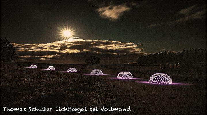 Lichtkegel bei Vollmond; Foto: Thomas Schulter