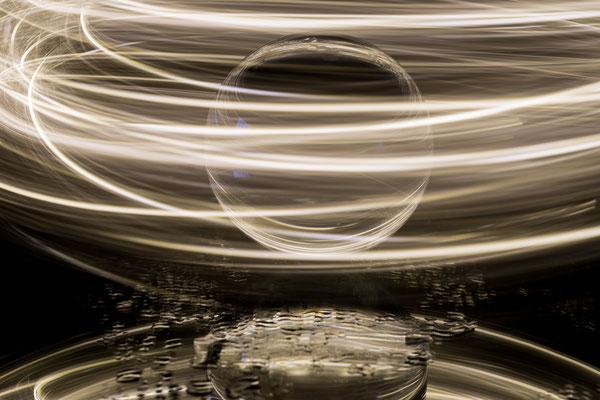 Glaskugel mit Lichterkette; Foto: Sonja Grambach