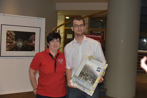Die Vorsitzende des Musikvereins Kadelburg überreichte uns ein Geschenk zum Jubiläum