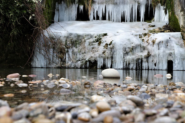 Eismauer an einem Stauwehr; Foto: André Rusch
