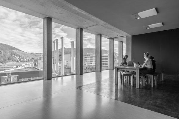 Prüfungsarbeit, Blick von innen nach draußen, HDR; Foto: Michael Paiano