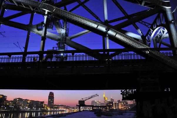 Frankfurt/M Skyline von der Deutschherrenbrücke aus; Foto: Joachim Hartbaum