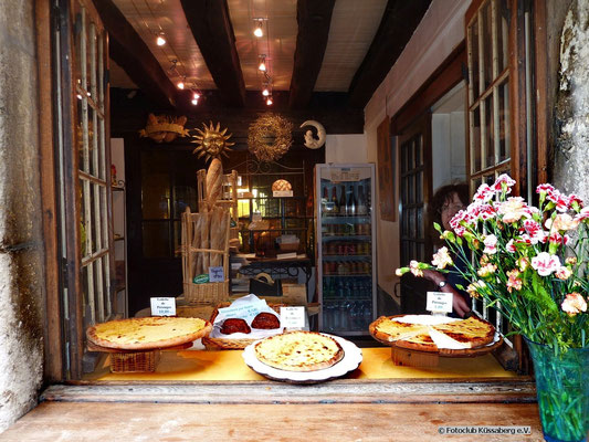 Auslage mit Zuckerkuchen in Perouge, Frankreich; Foto: Fred Bischoff