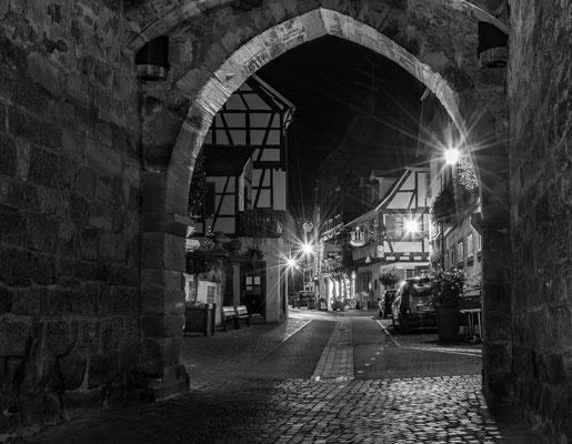 Ribeauvillé bei Nacht in SW; Foto: Rudi Franck