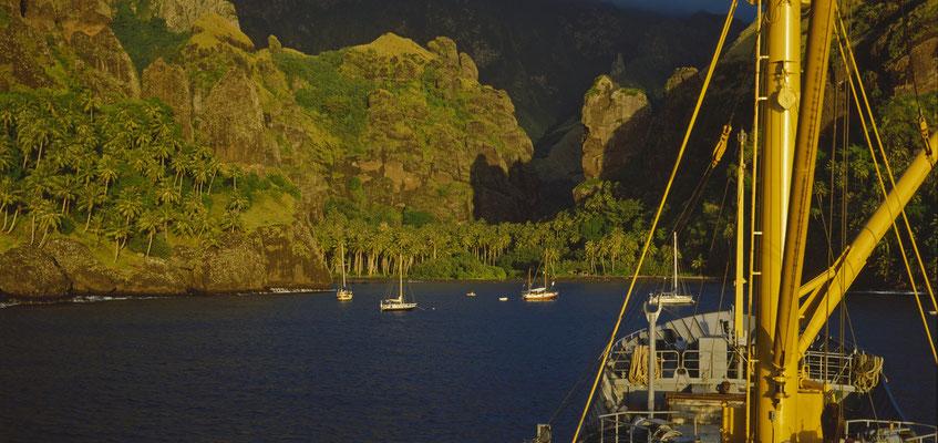 Küste von FatuHiva im Abendlicht, Marquesas-Inseln, frz. Polynesien; Foto: Wolfgang Eigener