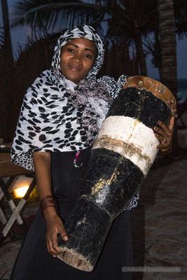 Musikerin auf Sansibar; Foto: Iris Blümling