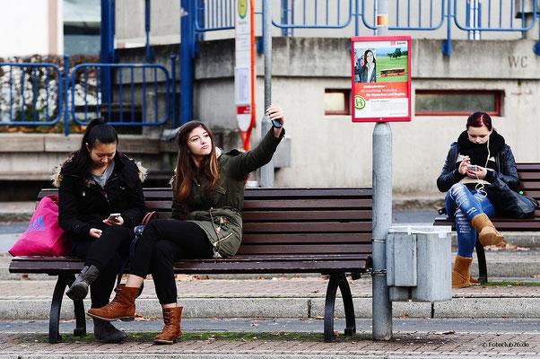 Selfie am Busbahnhof; Foto: Joachim Hartbaum