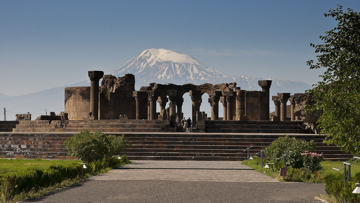 Kloster Zhvarthnots mit Ararat; Foto: Wolfgang Eigener