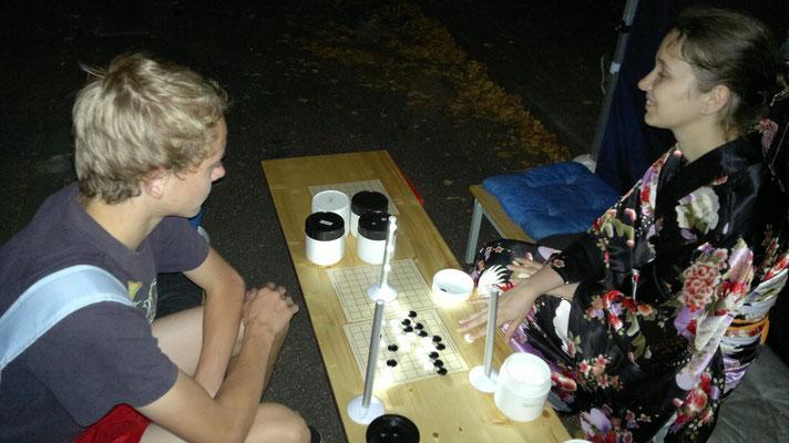 Go-Partie unter Mini-Flutlicht