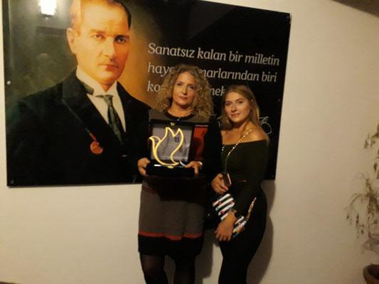 Angelika mit ihrer Tochter Sirin, unsere Vertreterin im Tierheim bei der Pflege der Tiere
