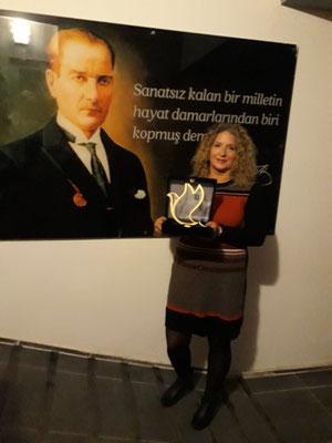 Angelika mit der Auszeichnung