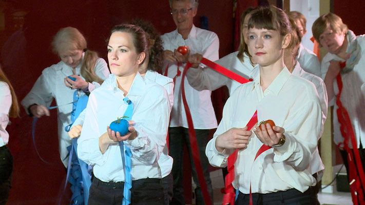 "TOMATENHALTER - SCHAUFENSTERPERFORMANCE. Während ""JUST-Calwer Passage"" mit: Christa Munkert, Marlene Reissle, Maria Munkert, Rik Beck, Christine Schönherr, Julia Döbele, Maria Grazia Sacchitelli, Sabine Roschmann, Birgit Krausenecker undFoto: Loubna Forer"