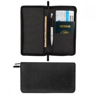 Código  M 80620  PORTA PASAPORTE WALLY Compartimento para pasaporte, visa, boleto de avión, elástico para bolígrafo y 1 compartimento con cierre. Bolígrafo no incluido.    Material: Poliéster   Tamaño: 12.5 x 22.5 cm