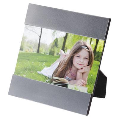 Código PRT 001 -PORTARRETRATO LIVING- 2 Posiciones: horizontal y vertical. Tamaño de la foto 10 x 15 cm. Material: Aluminio no Galvanizado. Tamaño: 15.5 x 17.5 cm.