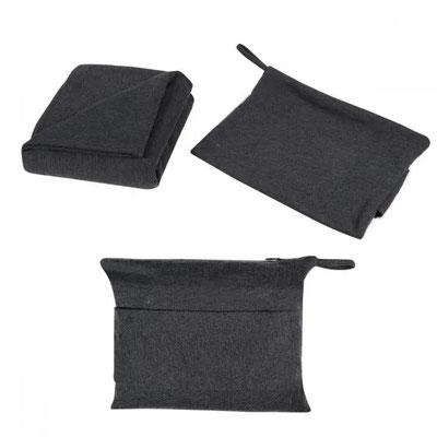 Código COB 003 FRAZADA CON FUNDA   Incluye bolsa con cierre y aditamento especial trasero para poner en trolley.  Material:  Algodón / Poliéster Tamaño: 140 x 130 cm Frazada / 21 x 17.5 cm Bolsa