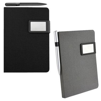 Código  HL 9040  Libreta -  80 Hojas de raya. Incluye bolígrafo metálico tinta negra y caja de regalo.   Material: Tela / Metal- Tamaño: 15.2 x  21.7 cm