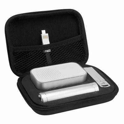 Código SET 009   SET KRALOVE (Incluye bocina bluetooth, batería auxiliar de 2,600 mAh, cable cargador y de transferencia de datos compatible con micro USB, 8 pin y tipo C, base para smartphone y estuche.)   Material: Aluminio/plástico.  14.7 x 10.5 cm