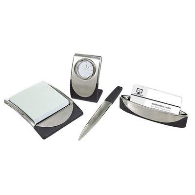 Código  60800  SET DE ESCRITORIO.  Incluye reloj, porta notas (100 hojas), abrecartas, tarjetero y caja de regalo. Material: Hule / Metal.  Tamaño: N/A.