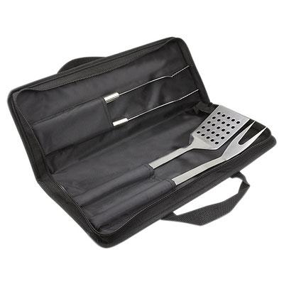 Código  BBQ 042 -SET DE BBQ JASPER- Incluye pinza, tenedor y espátula. Material: Acero Inoxidable / Poliéster. Tamaño: 40 x 15 cm.