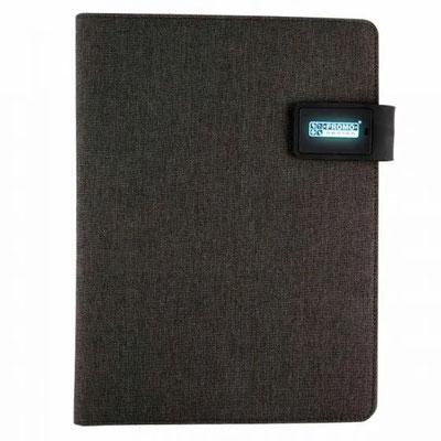 CódigoM 80890   CARPETA CON LUZ TAWAN  Incluye block de raya tamaño A4 con 20 hojas, elástico para bolígrafo, compartimento para smartphone, tablet y tarjetas. Batería auxiliar para smartphone   MateriaL   Tela / Silicón   Medida:  23.2 x 31.1 cm