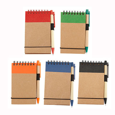 Código  HL  2010  Libreta - 50 Hojas de raya. Incluye bolígrafo ecológico de cartón reciclado.  Material: Cartón / Espiral metálico / Cartón reciclado.  - Tamaño: 7.7  x  12.7 cm