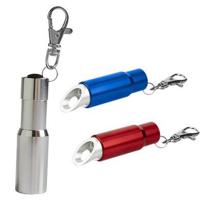 Código LAM 050   Llavero. 3 LEDS. Incluye gancho, destapador, cuña abrelatas y batería de botón.  Material: Aluminio   -  Tamaño: 2 x 7.2  cm