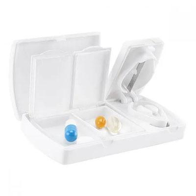 Código PT 2164 - PASTILLERO JANS CON CORTA PASTILLAS- Corta pastillas con 2 compartimentos separables.  Material: Plástico Tamaño: 9.5 x 4.7 cm.